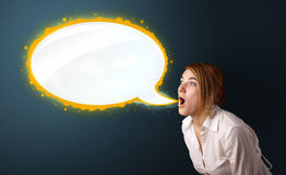 Junge Frau mit moderner Spracheblase Stockbild