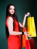 Junge Frau mit multi farbiger PapierEinkaufstasche Stockbilder