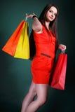 Junge Frau mit multi farbiger PapierEinkaufstasche Stockfotografie