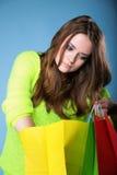 Junge Frau mit multi farbiger PapierEinkaufstasche Stockfoto