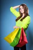 Junge Frau mit multi farbiger PapierEinkaufstasche Lizenzfreies Stockbild