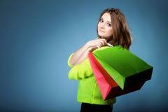 Junge Frau mit multi farbiger PapierEinkaufstasche Stockbild