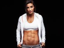 Junge Frau mit muskulösem Körper Lizenzfreies Stockbild