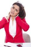 Junge Frau mit Nackenschmerzen stockfotos