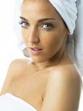 Junge Frau mit natürlicher Haut Stockfoto