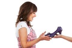 Junge Frau mit neuen Schuhen Lizenzfreies Stockfoto