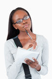 Junge Frau mit Notizblock und Gläsern in den Gedanken Stockbilder