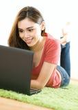 Junge Frau mit Notizbuch Stockbild