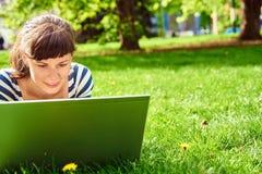 Junge Frau mit Notizbuch Lizenzfreie Stockfotos