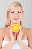Junge Frau mit Orange Lizenzfreies Stockfoto