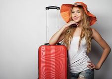 Junge Frau mit orange Reisetasche Lizenzfreie Stockfotografie