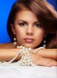 Junge Frau mit Perlen lizenzfreies stockfoto