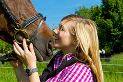 Junge Frau mit Pferd Stockfoto