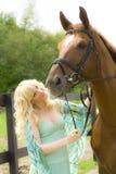 Junge Frau mit Pferd Stockfotos