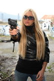 Junge Frau mit Pistole Stockbild