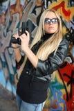 Junge Frau mit Pistolen Lizenzfreie Stockbilder