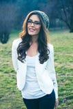 Junge Frau mit Porträt der Brillen im Freien stockbilder