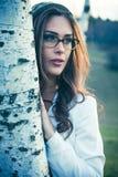 Junge Frau mit Porträt der Brillen im Freien lizenzfreie stockbilder