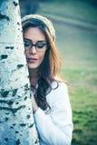 Junge Frau mit Porträt der Brillen im Freien lizenzfreies stockfoto