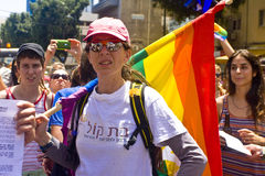 Junge Frau mit Regenbogenmarkierungsfahne an der Stolz-Parade TA Lizenzfreie Stockfotografie