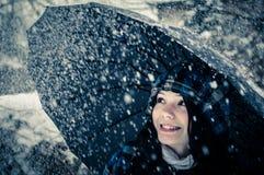 Junge Frau mit Regenschirm stockbilder