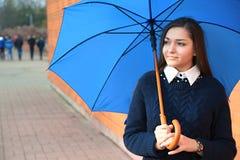 Junge Frau mit Regenschirm Stockfoto
