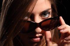 Junge Frau mit reizvollem Blick in den dunklen Sonnenbrillen Stockfotos
