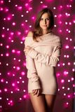 Junge Frau mit rosa Weihnachtslichtern lizenzfreies stockfoto
