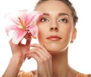 Junge Frau mit rosafarbener Orchidee Lizenzfreie Stockbilder