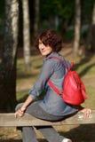 Junge Frau mit rotem daypack Stockbilder