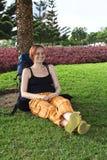 Junge Frau mit Rucksack Stockfotos