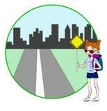 Junge Frau mit Rucksack per Anhalter fahrend auf Straßenrand Stockfotografie