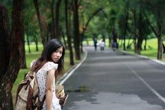 Junge Frau mit Rucksackfahrfahrrad Stockfotografie