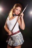 Junge Frau mit Samuraiklinge Stockfoto