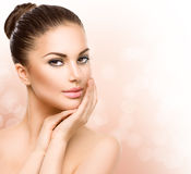 Junge Frau mit sauberer frischer Haut stockfotografie