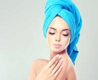 Junge Frau mit sauberer frischer Haut und weiche, empfindlich bilden, lizenzfreie stockfotografie