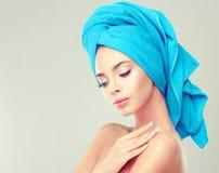 Junge Frau mit sauberer frischer Haut und weiche, empfindlich bilden, lizenzfreies stockbild