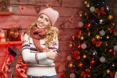 Junge Frau mit schönem Weihnachtsbaum auf Hintergrund Lizenzfreie Stockfotografie
