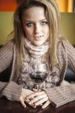 Junge Frau mit schönen blauen Augen Rotwein trinkend Stockfoto