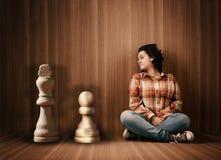 Junge Frau mit Schachfiguren Lizenzfreies Stockfoto