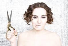 Junge Frau mit Scheren stockfotos