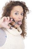 Junge Frau mit Scheren stockfoto