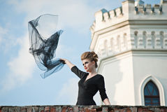 Junge Frau mit Schloss auf dem Hintergrund lizenzfreie stockbilder