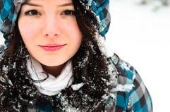 Junge Frau mit Schnee stockbilder