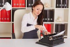 Junge Frau mit Schreibmaschine Lizenzfreie Stockbilder