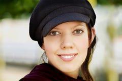 Junge Frau mit Schutzkappe Stockfoto