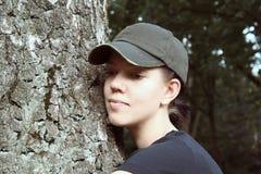 Junge Frau mit Schutzkappe und Baum Stockbild