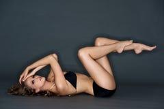 Junge Frau mit schwarzem Bikini stockfotos