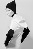 Junge Frau mit schwarzem Headwear Stockfotografie