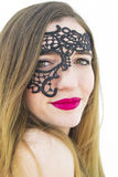Junge Frau mit schwarzer Maske Stockbild